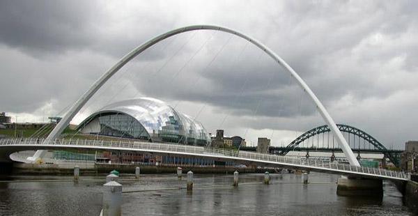 Pont Gateshead Millenium en acier. Conçu par les architectes Wilkinson Eyre et les ingénieurs de Gifford